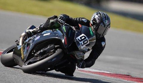 JAKTER VERDENSREKORD: Thomas Anker Iversen har byttet ut roadracingsykkel med dragracingsykkel med pigger når han gjør verdensrekordforøk i bakhjulskjøring under Setskog motorfestival søndag.