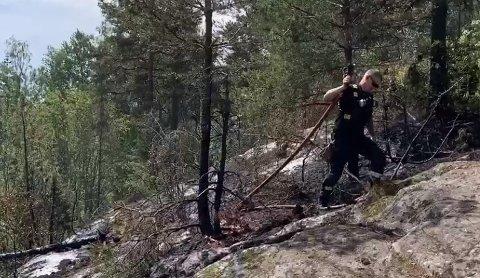 SLUKNINGSARBEID: Brannvesenet jobbet søndag med å slukke brannen på Frogner.