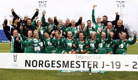 NORGESMESTERE: En strålende fornøyd gjeng spillere og ledere etter cupfinaltriumfen lørdag ettermiddag.