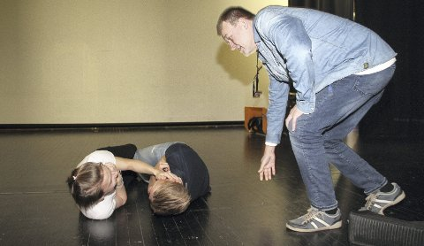 Skamparodi: På den populære serien: Arnstein Roch Øverland instruerer Szymon Tratkowski og Erik Gelein Halvorsen.