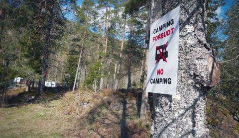 FØR FERIEN: Allemannsrettengjelder uavhengig av hvem som er grunneier. Samtidig setter flere grunneiere opp private skilt med «camping forbudt» for å hindre bobiler og folk med campingvogn å overnatte. Det finnes noen regler du må forholde deg til. Så sett deg inn i det før ferien starter.