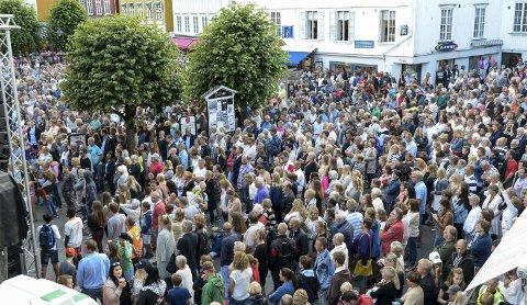 STINN BRAKKE: Torvet i Kragerø var fylt til trengsel under gratiskonserten. Trolig var det nærmere 4000 publikummere.FOTO: NILS JUL LANDE