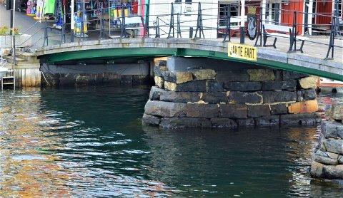BRÅK: 28-åringen ble møtt av politiet ved Bybrua i Kragerø sentrum
