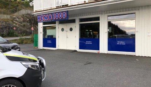 UNDERSØKER: Politiet var på plass på Stabbestad like før klokka 09.30.