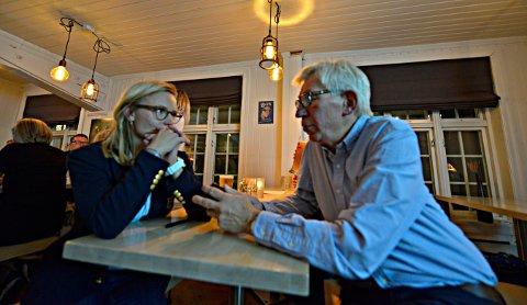 VALGVAKE: Det var spent stemning på Høyres valgvake. 2.-kandidat Line Spiten og ordførerkandidat Helge Evju.  FOTO: JAN STORFOSSEN