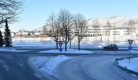 Tiltalt: I mai i fjor skal en mann ha kjørt inn i bussen i denne rundkjøringen i Kongsberg. Snart må han i retten.