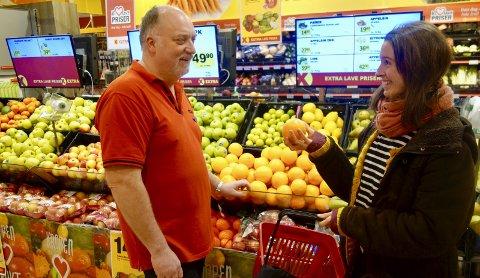 Bør reduseres: Butikksjef Jonny Johannessen og Maj Østrup Nordentoft er enige i at man bør redusere mengden emballasje på matvarer. Foto: karianne Steen