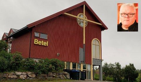 Betel-bygget har vært rødt så lenge Roger Larsen (innfelt) kan huske. Nå får bygget ny farge.