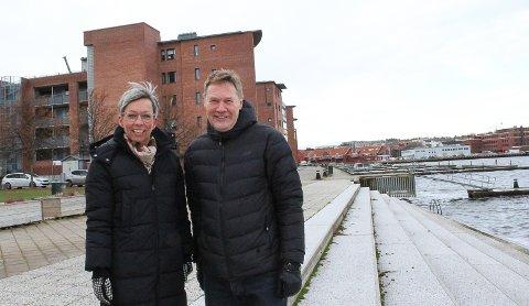 Lys og lek: Ordfører Hanne Tollerud og Terje Pettersen gleder seg over planene for byggepromanaden og Fleischer brygge. Nye lyspullerter og bedre dekke har høy prioritet.