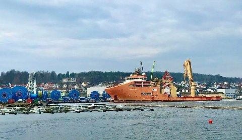 Leverer i tide: Selv med redusert mannskap om bord, så skal sjøkablene bli levert i Kina i tide. Skipet går fra Moss senere i uka.
