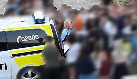 OMRINGET: Nærmere 50 ungdommer sto svært tett på politimennene under et oppdrag på Hestsjøen.