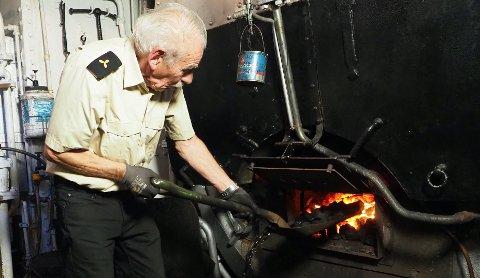 """GODT OG VARMT: Tore Wiggen (75) er fyrbøter på DS """"Hansteen"""". Varmt er det, og varmt skal det være i maskinrommet til det gamle dampskipet."""