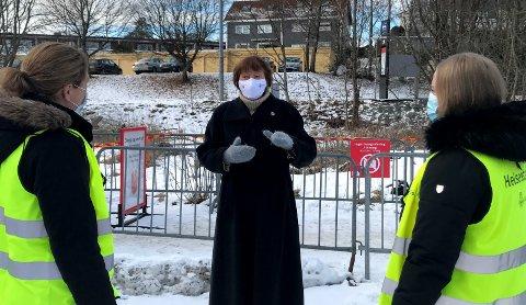 Ordfører Marianne Borgen (SV) besøkte testsenteret på Mortensrud for å få innblikk i hvordan de jobber og håndterer testene.