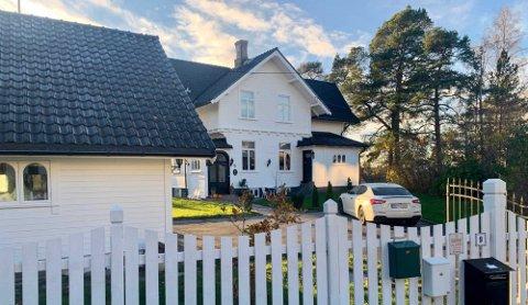 Villa Solhaug er et av de aller første husene som ble bygget etter at utbygging av området startet på slutten av 1800-tallet. Eiendommen er i dag på cirka en fjerdedel av sin opprinnelige størrelse.