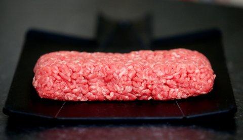 IKKE I KJØLESKAPET: Den beste og raskeste måten å tine frossent kjøtt på er ikke å legge det i kjøleskapet for langsom opptining, slik mange tror. Foto: Scanpix