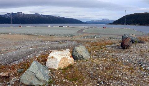 ØDE OG TOMT: Slik så det ut mandag på den nye kaia ved gamle Grøtsund fort på Tønsnes i Tromsø.Kaiområdet er på 90.000 kvadratmeter. Den bittelille guloransje flekken på kaikanten litt til venstre for midten, er en stor anleggsmaskin.