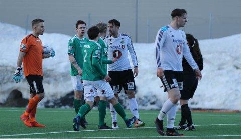 HVIS BLIKK KAN DREPE: Toms Mezs var ikke akkurat bestevenn med Fredrikk Riise Allertsen etter en duell i første omgang. FOTO: Runar Henningsen.