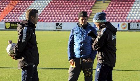 SAMARBEIDER: TILs Lars Petter Andressen (t.v) og Simo Valakari (t.h) snakker om samarbeid med TUIL-trener Gaute U. Helstrup (midten). Det kan blant annet føre til felles treninger mellom klubbene.
