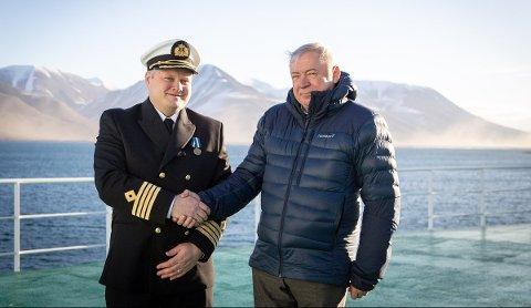 TAKKET: Den russiske generalkonsulen på Spitsbergen, Vjatsjeslav Nikolajev, takket kaptein Svein-Roger Fredheim for den gode innsatsen og samarbeidsviljen under leteaksjonen. Foto: Erlend A. Lorentzen/Havforskningsinstituttet