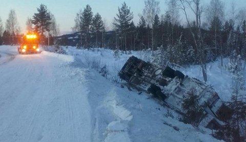 GRØFTA: En lastebil med traktor på planet havnet i grøfta på Fylkesvei 250 torsdag.