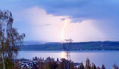 LYN: Lørdag ettermiddag og kveld er det en viss sannsynlighet for at vi får se tordenvær over Mjøsa igjen.