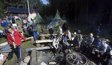 Samling: Det var mange som benyttet søndagen til en flott tur i skogen, med Stallerudhytta som endestasjon.alle foto:ole kr. trana  Bildetekst