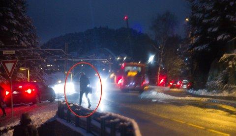 GLATT: Selv om personen på bildet her  har kommet seg trygt over Skiveien, gjenstår fortsatt Tjernveien før hun er trygt nede på togperrongen.