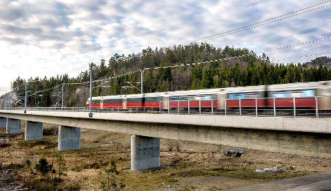 STADIG TOG: Toget til Porsgrunn farer forbi. Det var overrskende lite støy da det kom ut av den lange tunnelen som starter i Martineåsen.