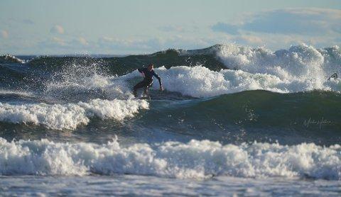 KONKURRANSE: Det var over tre meter høye bølger på Saltstein denne helgen.