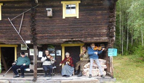 BÅGÅDRAGET: Bjørn Skaug fra Heradsbygda, til venstre, likte det han hørte av Bågådraget, som består av fra venstre  Oddgeir Martinsen, Berit Holth Hilsen, Einar Holth Nilsen og Are Fagerhaug.