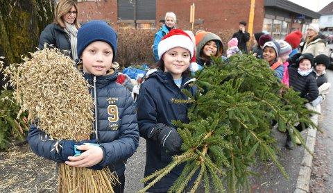 HJELPER TIL: Isak Øygard og Emilia Yanez, begge fjerdeklassinger fra Hedemarken Friskole, var med på julepynte-dugnad i Løten sentrum.