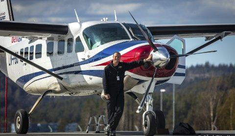 TRIVES I LUFTA: Carsten Walmsnæss fra Rena stortrives med å være pilot. Her fra sin første jobb, der han fløy post rundt omkring i Norge.