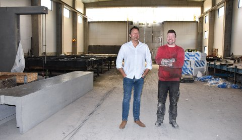 BREDE SMIL PÅ FABRIKKEN: Daglig leder Edgar Bakke (til venstre) og tillitsvalgt Christer Ottesen ser tilbake på et travelt år, samtidig som de ser fram til bonusutbetalingen 1. juni.