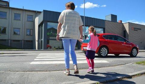 UTRYGT: Mange fotgjengere krysser fylkesvegen ved biblioteket og ungdomsskolen i Løten sentrum.