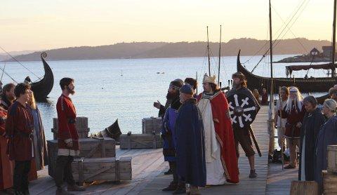 KONGEMAKT: Olav Haraldsson kommer i land i Brunlanes på sin vei mot å kreve sin rett til Norges trone. Nesjarfolket må kristnes.