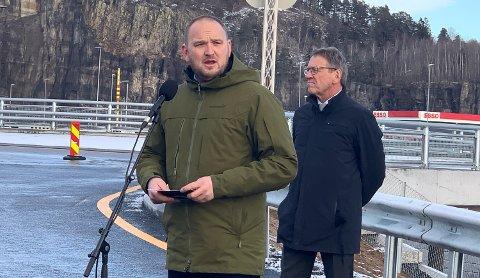 VIKTIG BEGIVENHET: Samferdselsminister Jon Georg Dale på plass da nye E18 gjennom Bamble ble offisielt åpnet.
