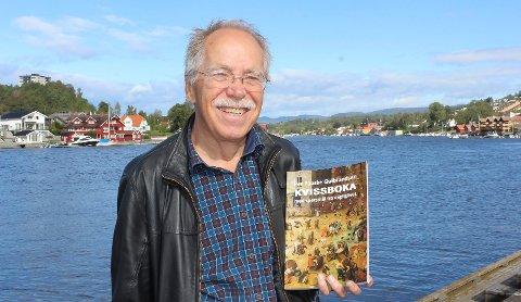 AKTIV KVISSER: Den pensjonerte PVS-lektoren, Per Paaske Gulbrandsen (72), har laget «Kvissboka med spørsmål fra dagliglivet». Han er også aktiv kvisser og bidrar på laget «Landkrabbene» på Kafe K.