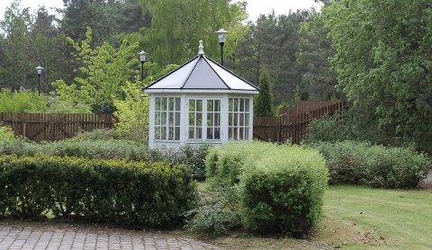 HELSEHUSET: Lysthuset i hagen til Bamble Helsehus.