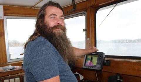 JAN ERIK WEEL JOHANSEN: – Folk spør meg hele tiden om hvorfor jeg lar skjegget og håret gro. I TV-programmet på NRK «Der ingen skulle tru at nokon kunne bu» ble jeg klippet av håret og skjegget fordi  båten «Skjæløy» var blitt friskmeldt og sertifisert. I dag svarer jeg at jeg lar hår og skjegg gro helt til Sjøfartsdirektoratet begynner å bruke huet.