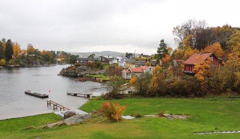 ULESUND: Hytta med tilbygg i midten, naboen til høyre.