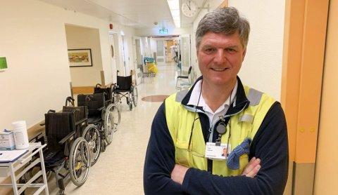 TRIVES: Vidar Aaltvedt fra Hovenga stortrives i den midlertidige jobben som adgangskontrollør på sykehuset.