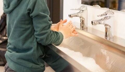 HÅNDHYGIENE: Vask, vask og atter vask. Det tar på små og store hender.
