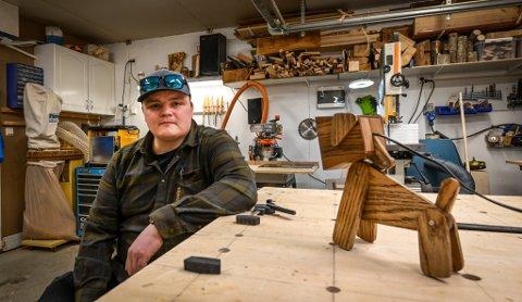 Martin Strand (30) bygger møbler og ting i garasjen som ble snekkerbod.