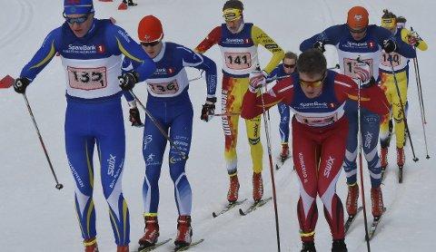 Hang på: Sebastian Haugeto (136 – nr. 2 til venstre) gikk et meget bra løp og vekslet helt i tet på første etappe i juniorklassen.