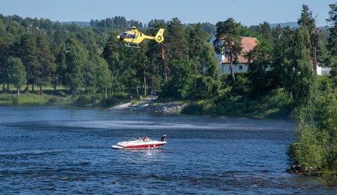 REDNINGSAKSJON: Nødetatene iverksatte raskt et stort apparat for å finne mannen i 30-årene som druknet i Hønefoss.