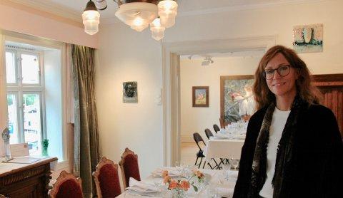 Selskapsplanlegger Chatrine Fosse kan nå tilby selskaper av ulik art med kunst og det hele i galleri Holmsbustuene tre ærverdige stuer.