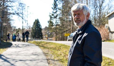 LAHELLEVEIEN: Vidar Andersen tok turen bort til ulykkesstedet lørdag formiddag for å vise sin medfølelse for offrene etter ulykken.