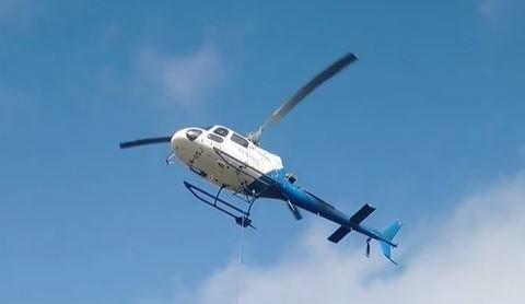 HELIKOPTER: Et nytt sanitæranlegg på Seilerholmen bygges med hjelp av et helikopter.