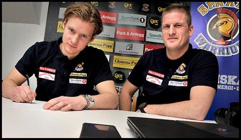 Skriver under: Jens Kristian Lillegrend skriver her under den nye kontrakten, daglig leder Daniel Bj¨rnberg følger med at alt blir gjort riktig.