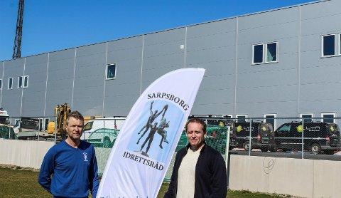 PÅ FLYTTEFOT: Pål Tønnesen og daglig leder Kjell Einar Andersen i Sarpsborg Idrettsråd foran de nye lokalene på stadion.